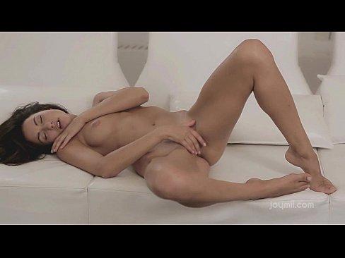 Morena deliciosa se masturbando
