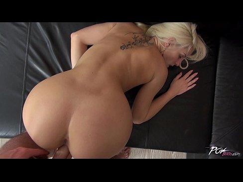Branquinha sexy fazendo sexo anal
