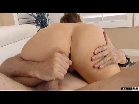 Namoradinha cavalgando gostoso no cacete do namorado na cama