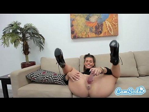 Mulher muito gostosa mostrando o seu corpo tesudo pela webcam