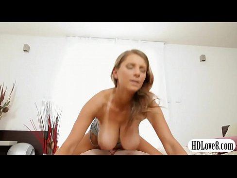 Rapaz fazendo um sexo bem gostoso com a namorada linda