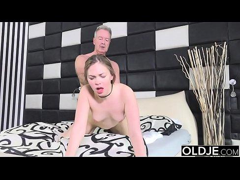Adolescente puta transando com o vizinho coroa