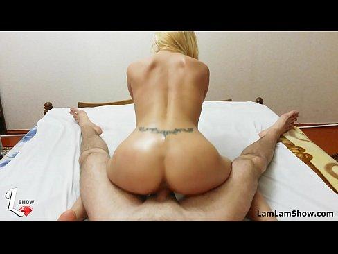 Branquinha rabuda trepando em frente a webcam