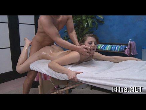 Latina jovem liberando a xoxotinha pro massagista
