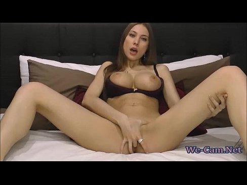 Peituda sexy se exibindo na câmera