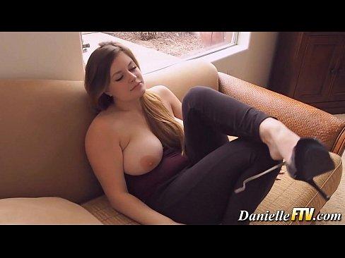 Amadora sensacional de quatro na webcam metendo dedos no cu e na buceta