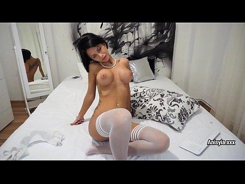Emo gostosa de blusão preto e branco na webcam nua