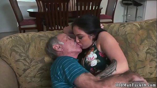 Novinha troca língua com o velho sedento e fodem
