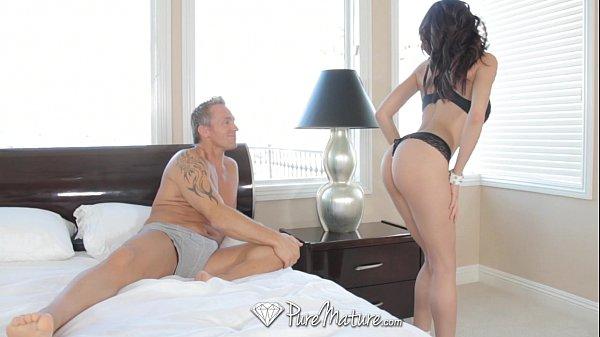 Sexo ligeiro com a puta milf de lingerie preta enfiada
