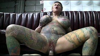 Coroa tatuada com peitões gostosos