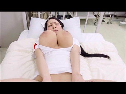 Japonesinha gemendo e gozando com sua bucetinha apertada