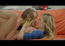 Lésbicas pervertidas acordando no meio da noite para praticar oral