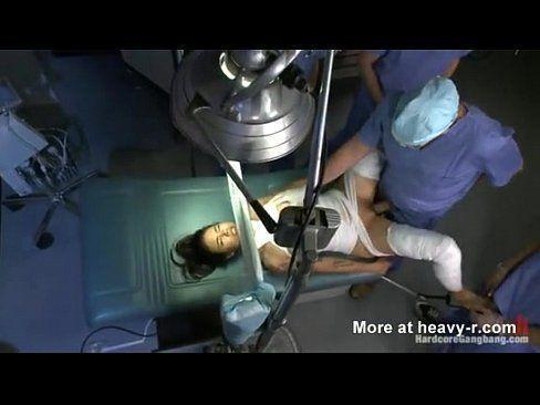 Médicos estrupando mulher em sala de cirurgia