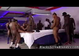 Negra chupando paus grandes de homens negoes bem dotados metendo